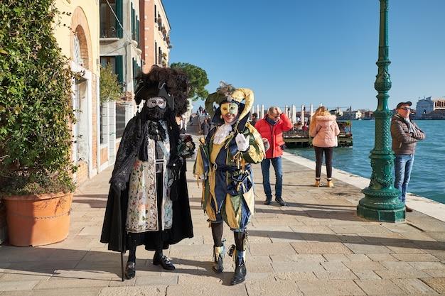 Venezia italia coppia in costume e maschere per strada durante il carnevale Foto Premium