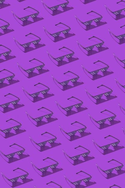 Modello creativo verticale dall'obiettivo pixel utilizzato per la protezione dalla luce blu artificiale dannosa emessa da schermi di computer, telefoni e tv su una parete viola. Foto Premium
