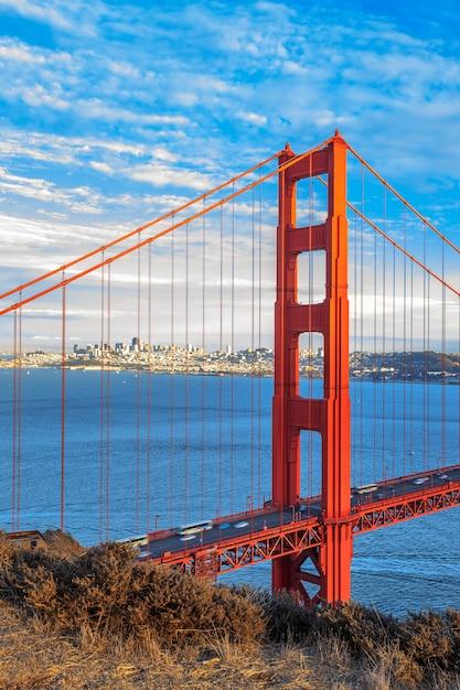Vista verticale del famoso golden gate bridge di san francisco, california, usa Foto Premium