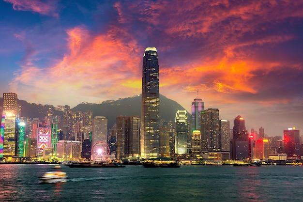 Victoria harbour a hong kong al tramonto Foto Premium