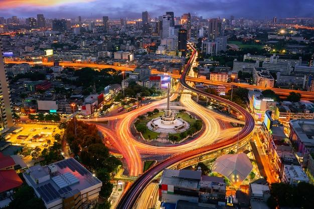Monumento alla vittoria thailandia nella città di bangkok con il tramonto e la costruzione di sfondo, punto di vista dal tetto dell'hotel a bangkok. Foto Premium