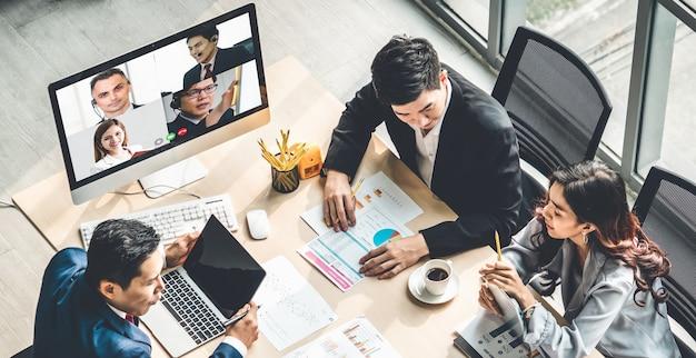 Gente di affari di gruppo di videochiamata che si incontra sul posto di lavoro virtuale o ufficio remoto Foto Premium
