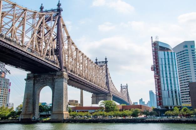 Vista del ponte di brooklyn e sullo skyline di manhattan Foto Premium