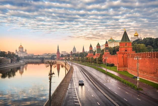 Vista della cattedrale di cristo salvatore, il fiume mosca e le torri del cremlino di mosca Foto Premium