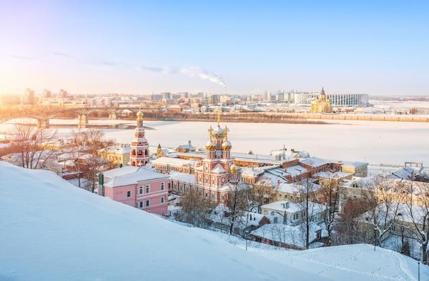 Veduta della chiesa di natale e della cattedrale alexander nevsky lungo le rive del fiume volga Foto Premium