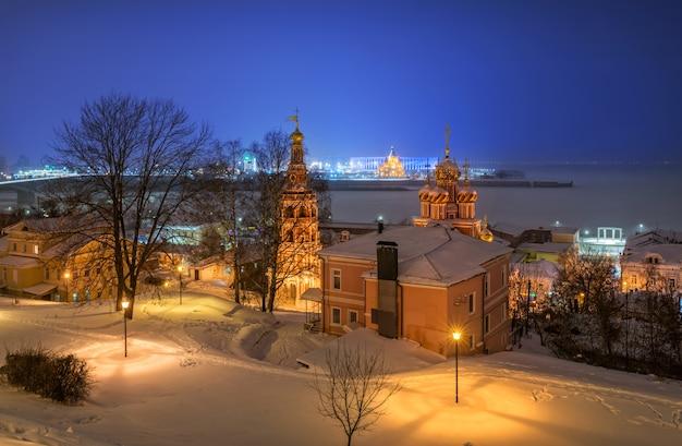 Vista della chiesa di natale a nizhny novgorod in inverno Foto Premium
