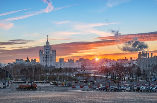 Vista della città e del grattacielo sull'argine di kotelnicheskaya Foto Premium