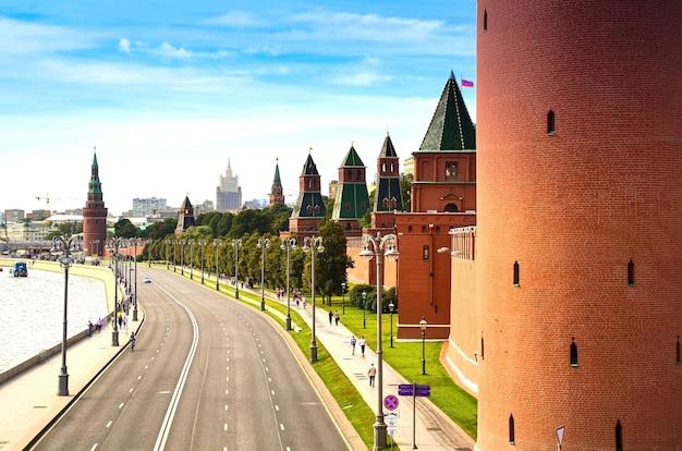 Vista del vuoto argine del cremlino con il muro della fortezza e le torri del cremlino di mosca russia Foto Premium