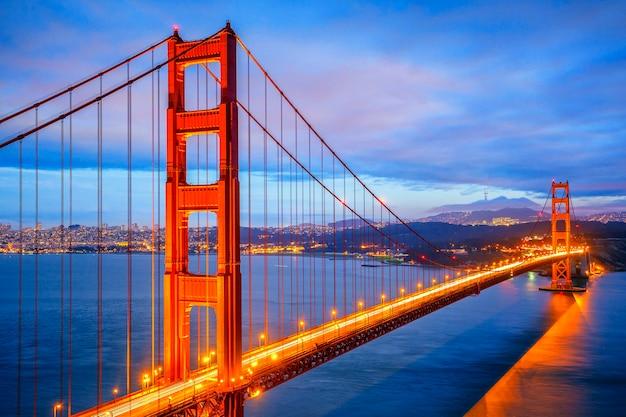 Vista del famoso golden gate bridge di notte a san francisco, california, usa Foto Premium