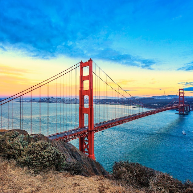 Vista del famoso golden gate bridge al tramonto a san francisco, california, usa Foto Premium