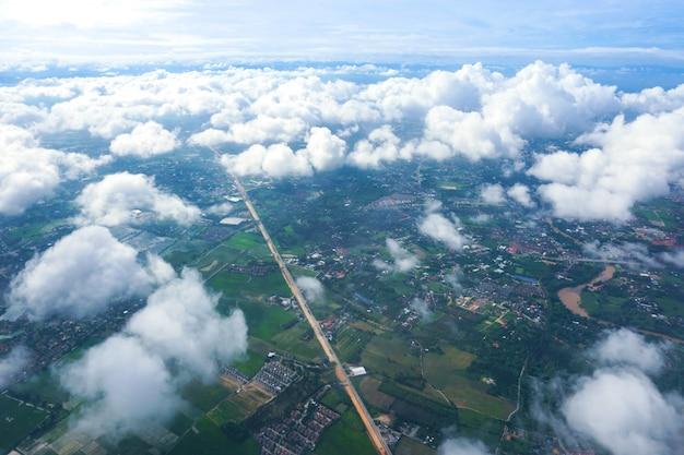 Vista dalla città e dalle nuvole della finestra dell'aeroplano Foto Premium