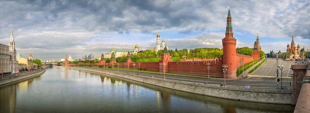 Vista dal ponte bolshoi moskvoretsky alle torri e ai templi del cremlino di mosca Foto Premium