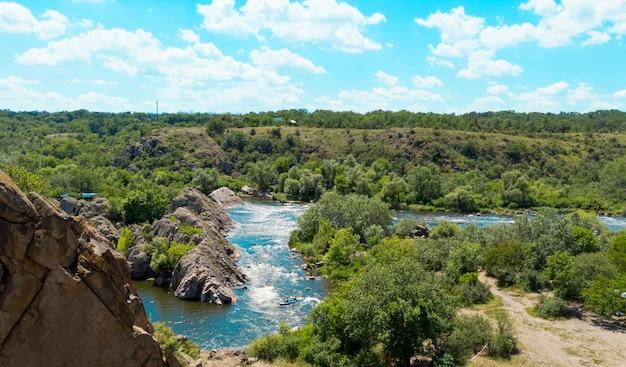 La vista dalla scogliera al fiume bug meridionale. parco naturale nazionale di bug guard in ucraina. Foto Premium