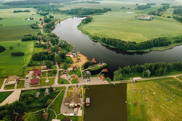 Vista dall'altezza del lago in un campo verde a forma di ferro di cavallo e un villaggio nella regione di mogilev. bielorussia.la natura della bielorussia. Foto Premium