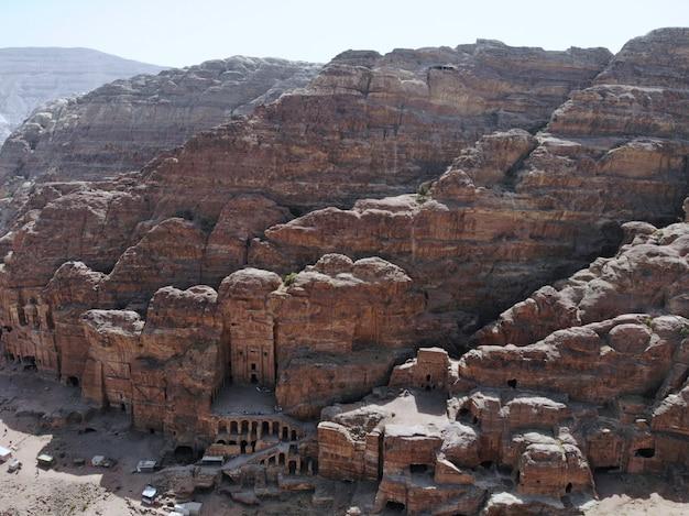 Vista dall'alto una delle più importanti città antiche del patrimonio mondiale, la vera perla di tutto il medio oriente - la città nabaziana di petra. ottimo posto storico in giordania Foto Premium