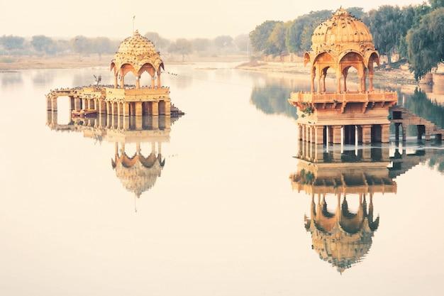 Vista della scena pacifica del lago gadisar di mattina, jaisalmer india Foto Premium