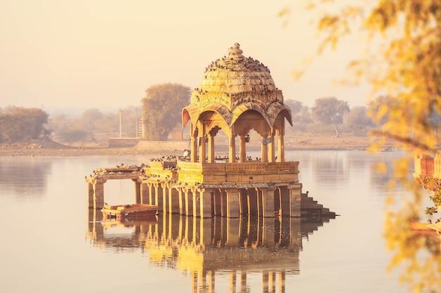 Vista della scena pacifica del lago gadisar al mattino, jaisalmer india Foto Premium