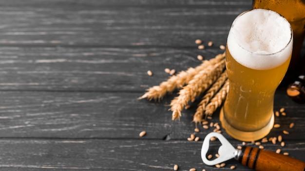 Sopra vista bicchiere di birra con schiuma Foto Premium