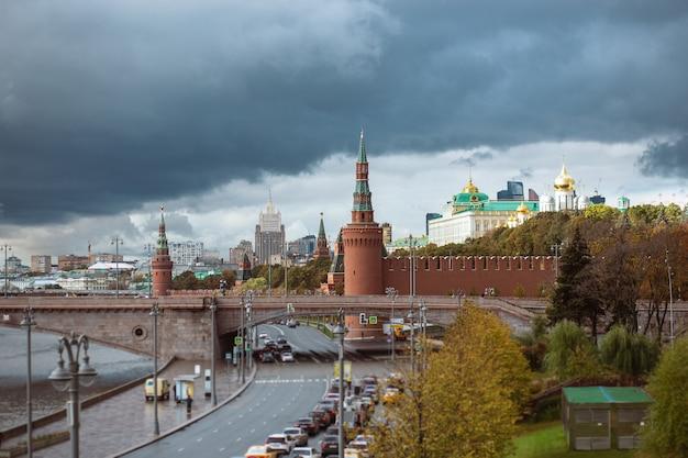 Vista del cremlino e del grande ponte zamoskvoretsky con traffico in una giornata nuvolosa Foto Premium