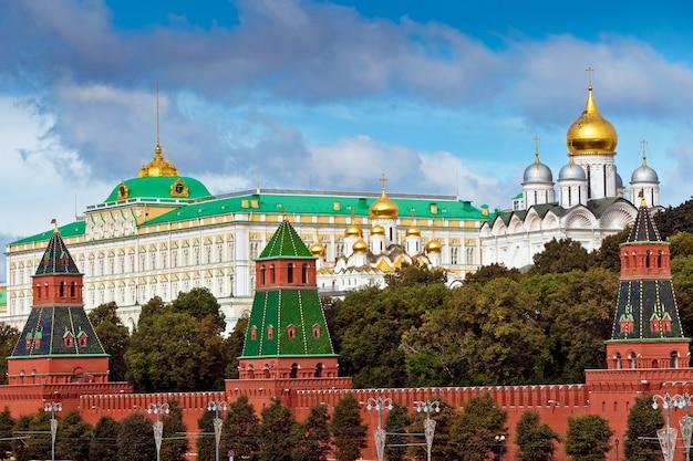 Vista sul cremlino a mosca, russia. muro rosso del cremlino Foto Premium