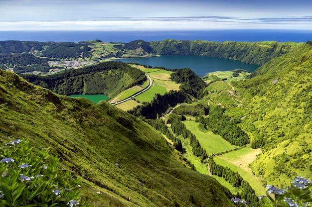 Vista di lagoa de santiago e lagoa azul dalle verdi montagne di sao miguel, isole azzorre, portogallo Foto Premium