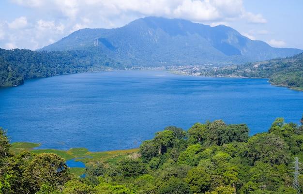 Vista del lago buyan (danau buyan) dall'alto. paesaggio con vista sul lago e sulle montagne. bedugul, buleleng, bali, indonesia. Foto Premium