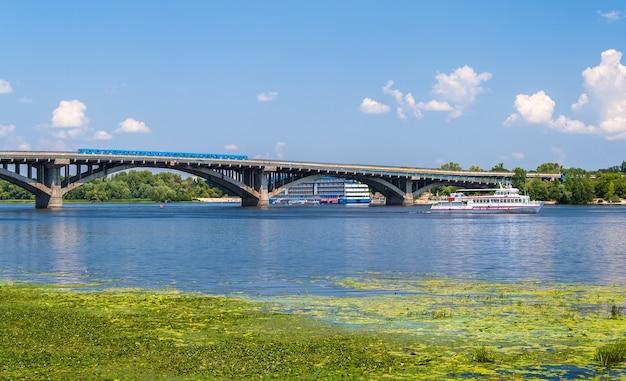 Vista del ponte della metropolitana sul dnepr a kiev Foto Premium