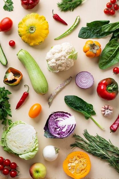 Sopra vista disposizione di verdure biologiche Foto Premium