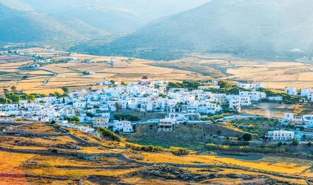 Vista sul piccolo villaggio sul mare Foto Premium