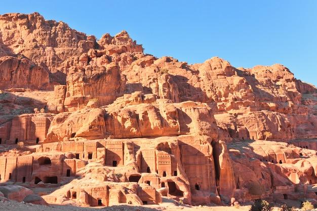 Vista sulla strada della facciata nella città perduta di petra, in giordania nella giornata di sole. Foto Premium