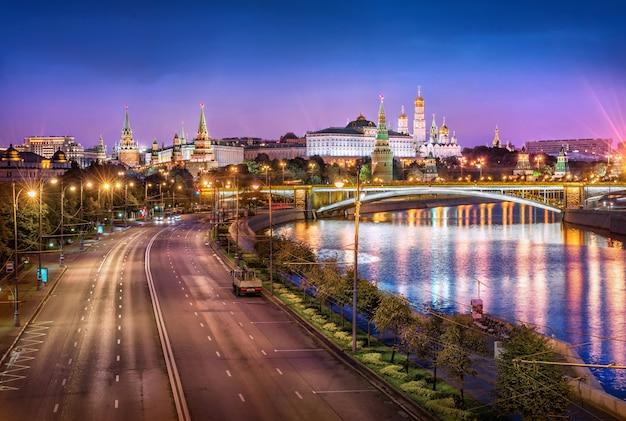 Vista delle torri, delle chiese del cremlino di mosca e di un'autostrada senza automobili Foto Premium