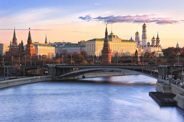 Vista delle torri e dei templi del cremlino di mosca e del ponte bolshoi kamenny Foto Premium