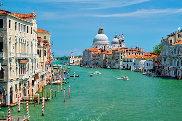 Vista della chiesa di venezia grand canal e di santa maria della salute sul tramonto Foto Premium