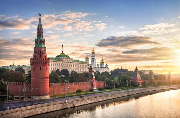 Vista di vodovzvodnaya, altre torri e templi del cremlino di mosca al mattino Foto Premium