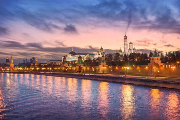Vista di vodovzvodnaya, altre torri e templi del cremlino di mosca sotto il cielo al tramonto Foto Premium