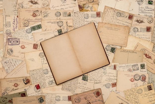 Sfondo vintage con vecchie cartoline scritte a mano Foto Premium