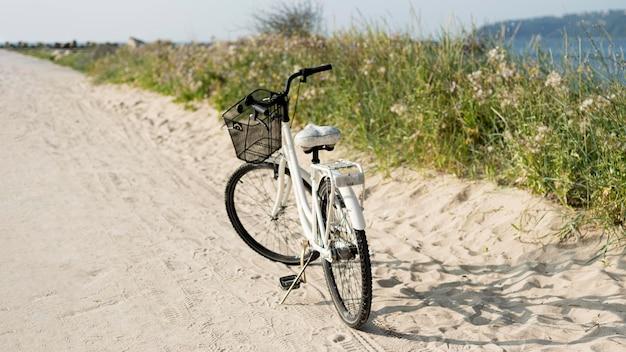 Bicicletta d'epoca parcheggiata all'aperto Foto Premium
