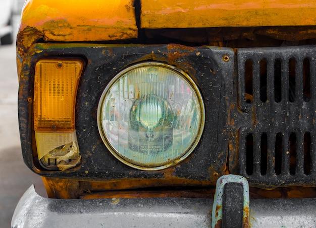 Auto d'epoca gialla. avvicinamento. rotto. Foto Premium