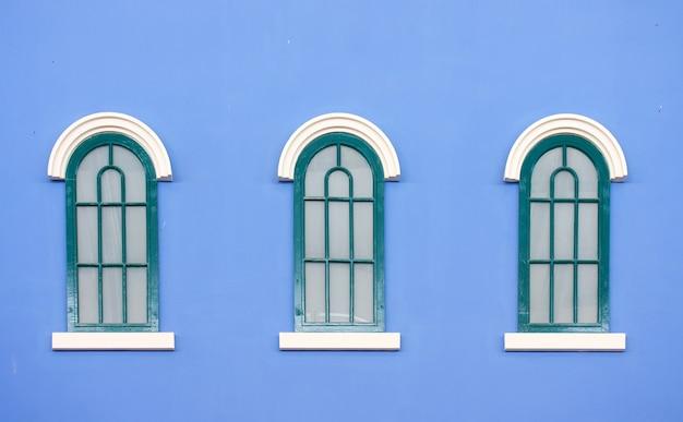 Finestre d'epoca sulla parete blu Foto Premium