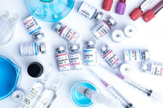 Sviluppo di un vaccino virale di un coronavirus covid-19, bottiglia di vaccino nel concetto di assicurazione e lotta contro il coronavirus 2019 cura ncov, ricerca medica in laboratorio per fermare la diffusione del virus Foto Premium