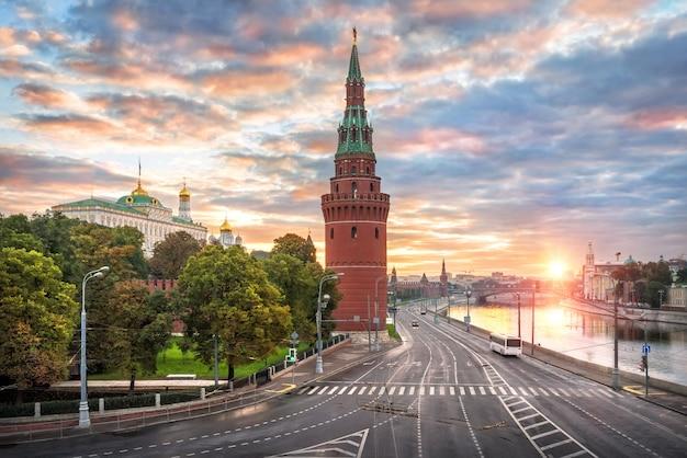 Vodovzvodnaya e altre torri e templi del cremlino di mosca Foto Premium