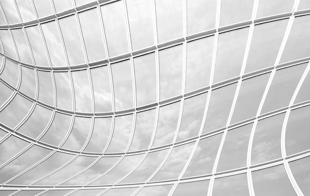 Il vetro della parete riflette il tono del cielo in bianco e nero per lo sfondo Foto Premium