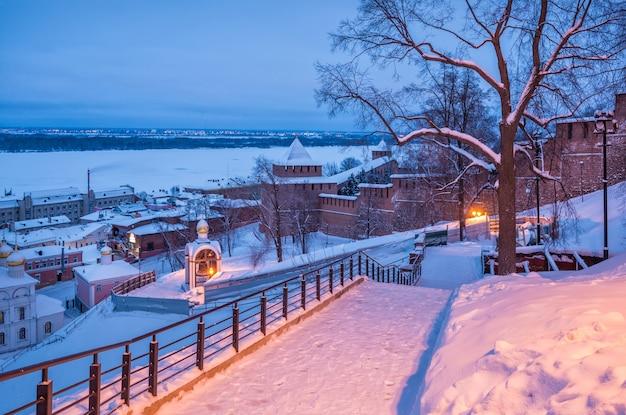 Le mura del cremlino a nizhny novgorod e la cappella con la campana di nabatny Foto Premium