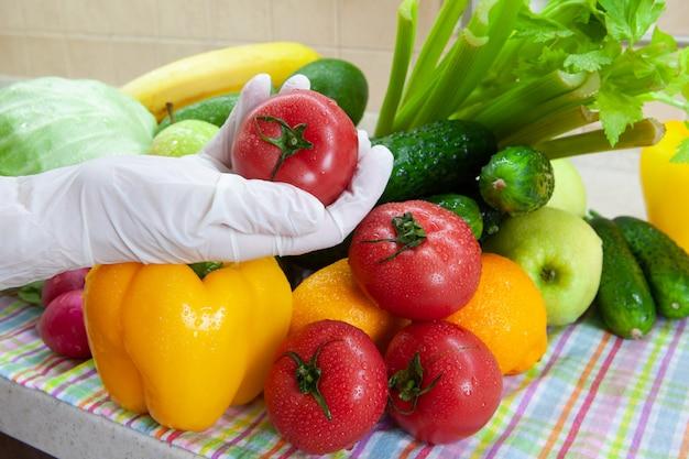 Lavare frutta e verdura dopo lo shopping dalla drogheria Foto Premium