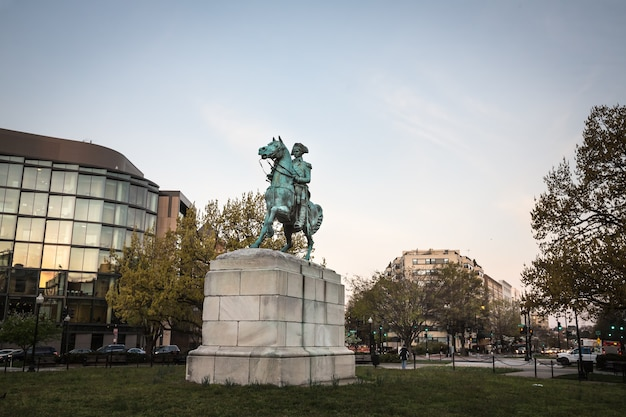 Washington dc, usa - 31 marzo 2016: il tenente generale george washington è una statua equestre di george washington, a washington circle, washington, dc Foto Premium