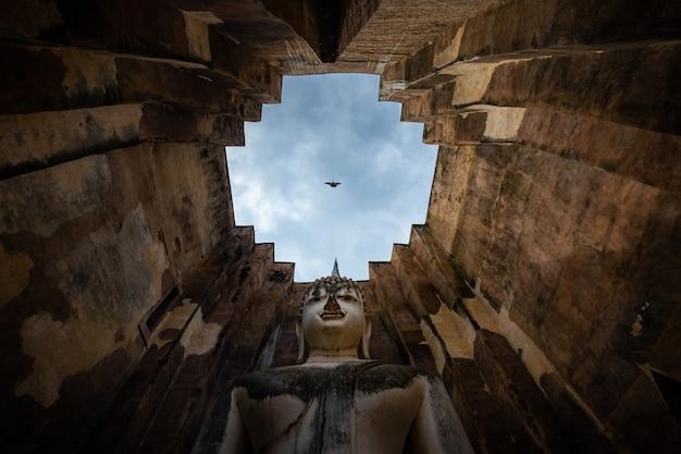 Wat si chum nel parco storico di sukhothai è una grande statua del sito storico del buddha phra achana sukhothai Foto Premium