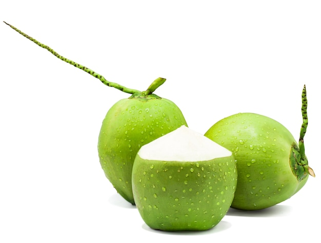 Noce di cocco verde goccia d'acqua isolato sul muro bianco con tracciato di ritaglio Foto Premium