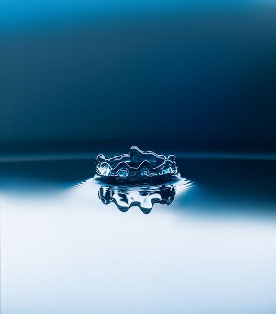 Gocce d'acqua che cadono Foto Premium