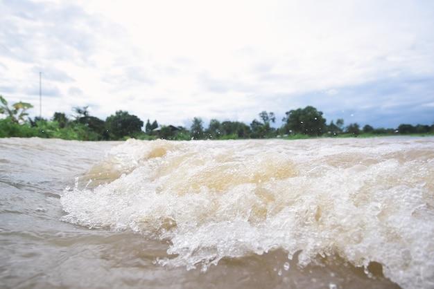 Inondazione dell'acqua sul fiume dopo pioggia persistente in tailandia. Foto Premium
