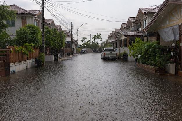Villaggio di inondazione dell'acqua nel distretto di don mueang Foto Premium